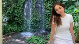 Menggunakan busana serba putih termasuk tas serta jam tangannya, penampilan Lyodra ini pun terlihat begitu manis. Ditambah lagi dengan makeup yang cukup sederhana membuat penampilannya begitu menawan. (Liputan6.com/IG/lyodraofficial)