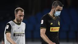Pemain Inter Milan, Christian Eriksen dan Stefan de Vrij tertunduk lesu usai ditahan imbang Napoli pada laga Coppa Italia di San Paolo, Minggu (14/5/2020). Kedua tim bermain imbang 1-1. (AFP/Filippo Monteforte)