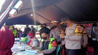 Kapolresta Cirebon Kombes Pol M Syahduddi memantau langsung pelaksanaan rapid tes antigen kepada pemudik di Pos Rawagatel. Foto (istimewa)