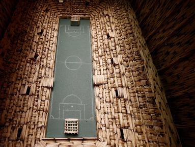 Replika Stadion Gornik Zabrze yang terbuat dari batang-batang korek api karya Urbanski di Ruda Slaska, Polandia (4/5). Sejumlah karya seni Urbanski dibuat dari dua bahan sederhana, yakni batang-batang korek dan lem. (REUTERS/Kacper Pempel)