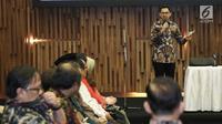 Ketua KPI Yuliandre Darwis memberikan sambutan dalam acara buka puasa bersama di SCTV Tower, Jakarta (22/5). SCM-Emtek menggelar buka bersama dengan jajaran Kemenkominfo, Komisi I DPR, KPI, dan Lembaga Sensor Film (LSF). (Liputan6.com/Herman Zakharia)