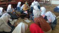 Tiga dosen Fakultas Psikologi Universitas Ahmad Dahlan (UAD) Yogyakarta berbagi cara meningkatkan taraf kebahagiaan atau subjective wellbeing kepada remaja. (Liputan6.com/ Switzy Sabandar)