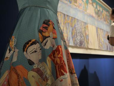 """Pengunjung melihat salah satu karya Sasya Tranggono dalam pameran bertajuk """"Cinta untuk Indonesia"""" di Galeri Nasional, Jakarta, Kamis (28/2). Pameran tersebut merupakan bentuk 30 tahun berkarya Sasya Tranggono. (Merdeka.com/Iqbal S. Nugroho)"""