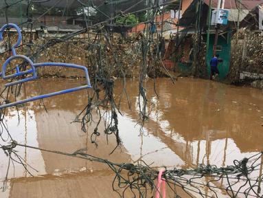 Sampah dan lumpur terlihat di lapangan futsal di kawasan Rawajati, Jakarta, Selasa (6/2). Banjir yang merendam kawasan tersebut menyebabkan lumpur dan sampah mengendap di setiap sudut sehingga mengganggu aktivitas warga. (Liputan6.com/Immanuel Antonius)
