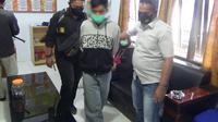 Tersangka AM (34) saat diamankan di Mapolres Mamasa (Foto: Liputan6.com/Abdul Rajab Umar)