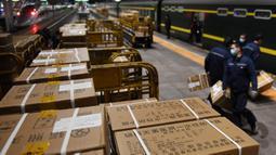 Para staf memuat sejumlah baju pelindung di Stasiun Kereta Barat Beijing di Beijing, ibu kota China (4/3/2020). Total 20.000 baju pelindung disalurkan ke Wuhan guna membantu upaya kota itu memerangi wabah coronavirus baru. (Xinhua/Zhang Chenlin)
