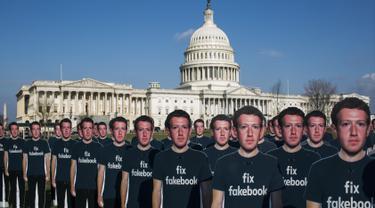 100 potongan karton CEO Facebook Mark Zuckerberg berjejer di halaman Capitol AS di Washington DC (10/4). Potongan karton Mark Zuckerberg ini dipajang di halaman Capitol AS oleh kelompok advokasi Avaaz. (Zach Gibson / Getty Images / AFP)