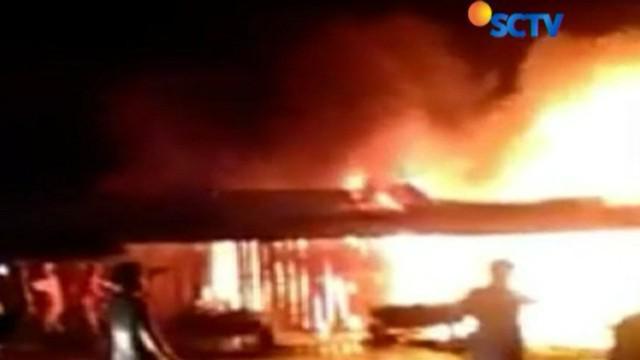 Api diduga berasal dari bagian atap salah satu kios, yang langsung merembet ke kios lainnya.