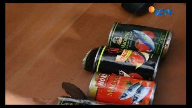 Petugas BBPOM Pekanbaru, Riau, amankan tiga merk sarden asal China yang mengandung cacing pita di dalamnya.