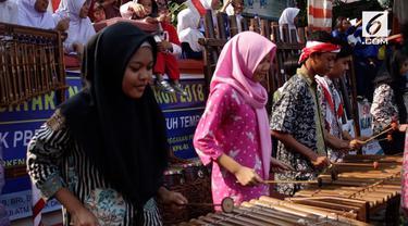 Jakarta 15 Agustus 2018, Kirab obor Asian Games dari etape 5 menuju etape 6 diramaikan oleh atraksi reog dan alat musik tradisional yang dimainkan oleh pelajar dan warga yang ada di sekitar wilayah Jakarta Timur.