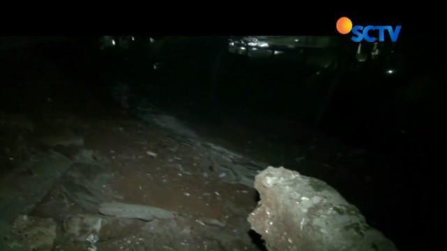 Tak hanya merusak rumah, longsor juga merusak tembok perumahan sepanjang 20 meter yang berada persis di bibir sungai