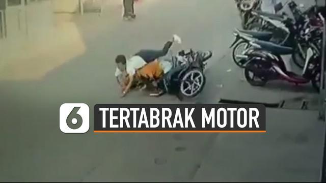 Terekam kamera cctv seorang bocah menyebrang jalan sembarangan tertabrak pengendara motor yang sedang melintas.