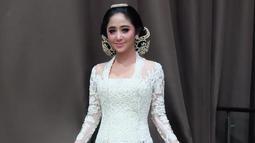 Dewi perssik tampak anggun memakai kebaya putih bersih dengan sanggul. Ia juga mendapat banyak pujian dari netizen. (Liputan6.com/IG/@dewiperssikreal)