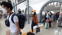 Sejumlah penumpang membawa barang bawaan di Stasiun Pasar Senen, Jakarta, Rabu (19/5/2021). Stasiun Pasar Senen tak menerapkan kembali pengecekan dokumen bebas COVID-19 bagi para penumpang yang tiba di Jakarta. (merdeka.com/Imam Buhori)
