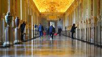 Karyawan museum berjalan menyusuri lorong Museum Vatikan saat mereka bersiap untuk buka, Vatikan, Senin (1/2/2021). Museum Vatikan kembali dibuka untuk pengunjung pada 1 Februari 2021 setelah 88 hari ditutup untuk mencegah penyebaran COVID-19. (AP Photo/Andrew Medichini)