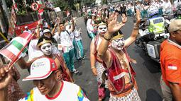 Pawai obor yang memasuki hari kedua dimulai dari Balai Kota DKI Jakarta dan berakhir di Gor Sunter di sambut meriah masyarakat jakarta dengan menggunakan wayang orang. (Liputan6.com/Faizal Fanani)