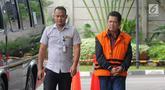 Wali Kota nonaktif Pasuruan Setiyono (kanan) tiba di Gedung KPK, Jakarta, Kamis (17/1). Setiyono diperiksa sebagai tersangka untuk melengkapi berkas terkait dugaan suap sejumlah proyek di Kota Pasuruan. (Merdeka.com/Dwi Narwoko)