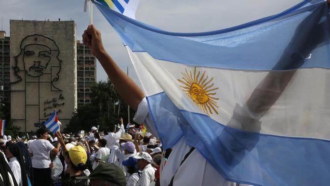 Bendera Argentina dikibarkan di tengah pusat ibu kota Buenos Aires (AP/Enric Matia)