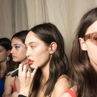 Makeup yang semestinya mempercantik bisa jadi penyebab nomor satu timbulnya jerawat di wajah. (Foto: unsplash.com)