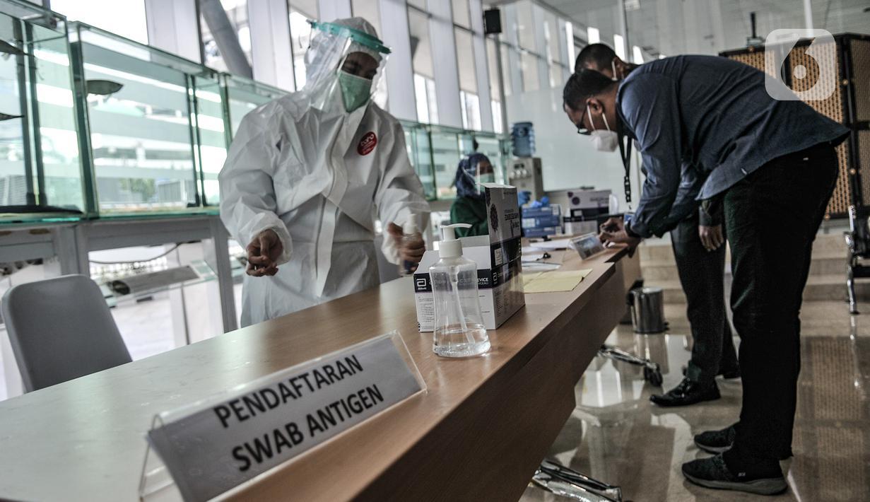 Meja pendaftaran untuk tes usap (swab) antigen di Jakarta, Senin (25/1/2021). Data Satgas Covid-19 per Senin (25/1) mencatat kasus positif di Indonesia bertambah 9.994 orang sehingga total kasus positif corona menjadi 999.256 orang atau hampir menembus 1 juta kasus. (merdeka.com/Iqbal S Nugroho)