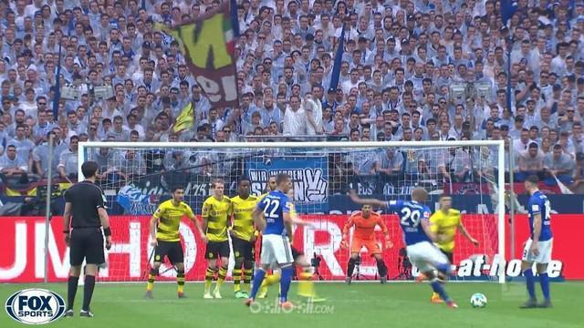 Schalke memetik kemenangan sangat penting atas rival sekota Borussia Dortmund dengan skor 2-0, Minggu (15/4). Hasil tersebut membu...