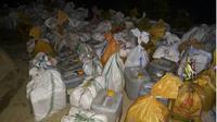 Hasil tangkapan 2 ton minuman keras tradisional di wilayah hukum Polres Kendari. (Liputan6.com/Ahmad Akbar Fua)