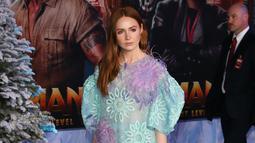 """Karen Gillan tiba menghadiri pemutaran perdana film """"Jumanji: The Next Level"""" di Los Angeles, California, AS (9/12/2019). Aktris 32 tahun ini tampil tampil cantik mengenakan gaun biru tipis yang dihiasi sulaman bunga-bunga berbulu. (AFP/Jean-Baptiste Lacroix)"""