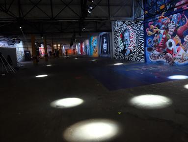 """Kreasi seni jalanan ditampilkan sebagai bagian dari pameran """"Strokar inside"""" di bekas supermarket di Brussels (5/9). """"Strokar inside"""" adalah platform seni urban internasional yang diubah menjadi """"Supermarket versi 4.0"""". (AFP Photo/Emmanuel Dunand)"""
