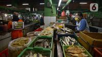 Petugas pengelola pasar melakukan kampanye dengan membawa poster kepada pedagang di Pasar Jatinegara, Jakarta, Kamis (11/6/2020). Kampanye ini merupakan bentuk kepedulian agar pasar tak menjadi tempat penyebaran corona Covid-19 (merdeka.com/Imam Buhori)