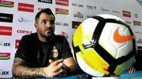 Simon McMenemy, pelatih Bhayangkara FC. (Bola.com/Iwan Setiawan)