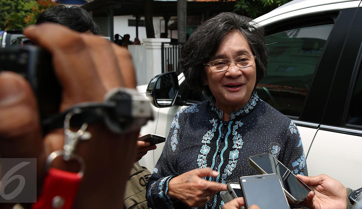 Mantan Menteri Negara Pemberdayaan Perempuan di kabinet Indonesia bersatu pada 2004-2009 Meutia Hatta  berjalan usai mengunjungi mantan Menteri Kesehatan Siti Fadilah Supari di Rutan Pondok Bambu, Jakarta, Kamis (10/11). (Liputan6.com/Johan Tallo)