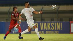 Striker Persebaya Jose Wilkson (kanan) yang menguasai bola langsung menceploskan bola pelan saja yang gagal dibendung Syaiful. (Bola.com/Ikhwan Yanuar)