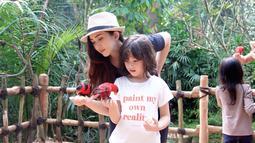 Walaupun disibukkan dengan pekerjaan, Nafa tetap punya waktu untuk anak satu-satunya ini. Gadis kelahiran 8 Februari 2011 kini telah berusia 8 tahun. Agar semakin dekat dan hangat, banyak kegiatan yang mereka lakukan bersama seperti mengunjungi kebun binatang. (Liputan6.com/IG/@nafaurbach)
