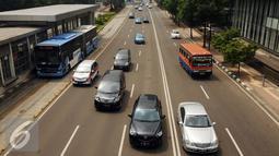 Sejumlah pengendara melintasi Jalan MH Thamrin, Jakarta, Senin (4/1/2016). Pasca libur panjang perayaan Natal 20015 dan Tahun Baru 2016, sejumlah ruas jalan ibukota mulai dipadati pengendara. (Liputan6.com/Helmi Fithriansyah)