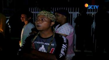 Ratusan warga di Cirebon mendatangi sebuah tempat hiburan malam di Jalan Kesambi. Tidak hanya memprotes, mereka juga berupaya menutup paksa tempat hiburan tersebut.