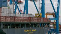 Suasana bongkar muat di Pelabuhan Tanjung Priok, Jakarta, Minggu (11/1/2021). Berdasarkan data yang dirilis Bank Indonesia (BI), meningkat dari capaian pada periode yang sama 2019 yang mengalami defisit 3,51 miliar dolar AS. (Liputan6.com/Faizal Fanani)