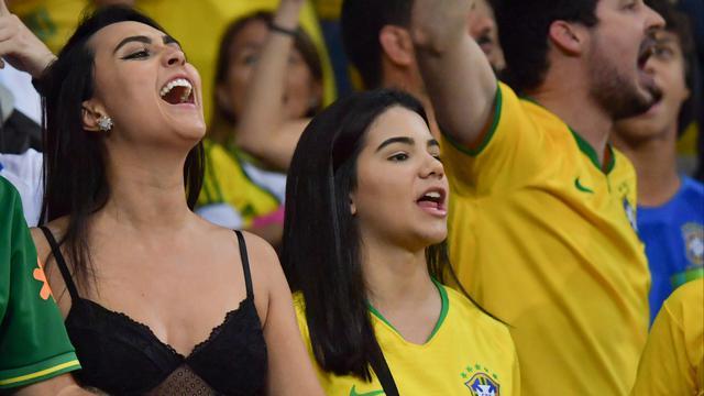 Deretan Fans Cantik Brasil Saat Lawan Argentina