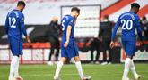 Para pemain Chelsea meninggalkan lapangan pertandingan usai kalah dari Sheffield United pada pekan ke-35 Liga Inggris di Bramall Lane, Minggu (12/7/2020) dini hari WIB. Chelsea dihajar 0-3 oleh Sheffield United. (Peter Powell/Pool via AP)