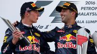 Max Verstappen (kiri) dan Daniel Ricciardo saat naik podium di balapan GP Malaysia di Sirkuit Sepang, Minggu (2/10). Dua pebalap Red Bull Racing untuk kali pertama sapu bersih podium di F1 Malaysia 2016. ( REUTERS / Edgar Su)