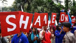 Sejumlah buruh yang tergabung dalam Serikat Buruh Indonesia melakukan aksi kampanye massa lima tahun perjuangan buruh perempuan Adidas-Mizuno di depan Kedutaan besar Jerman di Jakarta, Selasa (18/7). (Liputan6.com/Angga Yuniar)