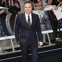 Semoga saja Mark Ruffalo tidak menjadi Hulk saat menghadiri acara premier Avengers: Age Of Ultron di London. (via buzzfeed.com)