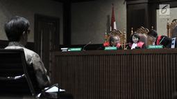 Terdakwa Anang Sugiana Sudiharjo mendengarkan putusan hakim di Pengadilan Tipikor, Jakarta, Senin (30/7). Direktur PT Quadra Solution itu juga dijatuhi pidana tambahan berupa kewajiban membayar uang pengganti Rp 20,7 miliar. (Merdeka.com/Iqbal S. Nugroho)