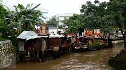 Sejumlah bangunan semi permanen di bantaran Kali Krukut, Jakarta, dibongkar petugas PPSU Kelurahan Petogogan, Rabu (12/10). Penertiban bangunan liar tersebut untuk normalisasi Kali Krukut di kawasan Kemang dan Petogogan. (Liputan6.com/Gempur M Surya)