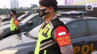 Petugas kepolisian saat melakukan apel pasukan pengamanan di Monas, Jakarta, Senin (19/7/2021). Pengamanan tersebut dilakukan untuk menjaga Hari Raya Idul Adha 1442 Hijriah dimasa pandemi Covid-19 saat PPKM Darurat. (Liputan6.com/Angga Yuniar)