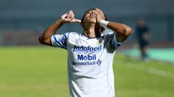 Beckham Nugraha Putra merupakan gelandang muda Persib Bandung yang penuh talenta di BRI Liga 1 2021/2022. Dirinya bahkan mampu melesatkan gol di umurnya yang masih 19 tahun 10 bulan 20 hari saat melawan Bali United. (Bola.com/M. Iqbal Ichsan)