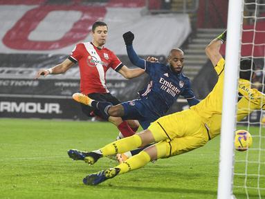 Pemain Arsenal Alexandre Lacazette (tengah) mencetak gol ke gawang Southampton pada pertandingan Liga Inggris di Stadion St Mary, Southampton, Inggris, Selasa (26/1/2021). Arsenal menang 3-1 atas Southampton. (Andy Rain/Pool via AP)