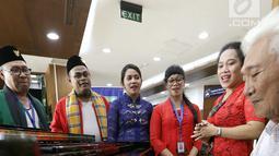 Seorang pasien (kanan) memainkan piano bersama karyawan saat Hari Kartini di RS Siloam TB Simatupang, Jakarta, Sabtu (21/4). Kegiatan ini mengenang Kartini sebagai pahlawan wanita dalam memperjuangkan emansipasi wanita. (Liputan6.com/Fery Pradolo)