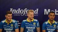 Tiga pemain baru Persib Bandung Nick Kuipers, Kevin van Kippersluis dan Omid Nazari resmi diperkenalkan kepada publik di Bandung, Selasa (20/8/2019). (Liputan6.com/Huyogo Simbolon)