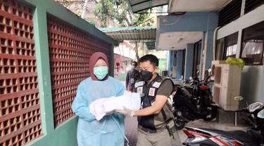 Pekerja migran asal Pamekasan melahirkan saat karantina di Asrama Haji Sukolilo. (Dian Kurniawan/Liputan6.com)