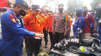 Gubernur Jabar Ridwan Kamil memeriksa peralatan kebencanaan dalam Apel Kesiapsiagaan Menghadapi Bencana Hidrometeorologi tahun 2020/2021 tingkat provinsi di depan Gedung Sate, Jalan Diponegoro, Kota Bandung, Rabu (4/11/2020). (Liputan6.com/Huyogo Simbolon)